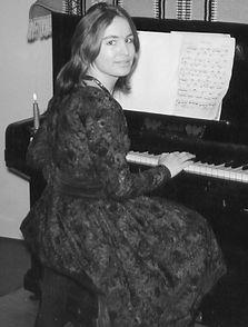 1959-002 aan de piano.jpg