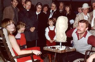 1981 Geert Kunen maakt borstbeeld van Liesbeth List.JPG