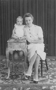 1942-001 Met moeder_829x1318.jpg