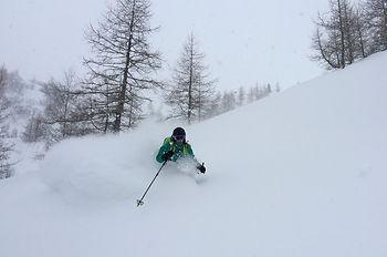 Women's powder skiing