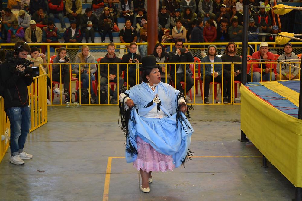 Cholita antes da luta.