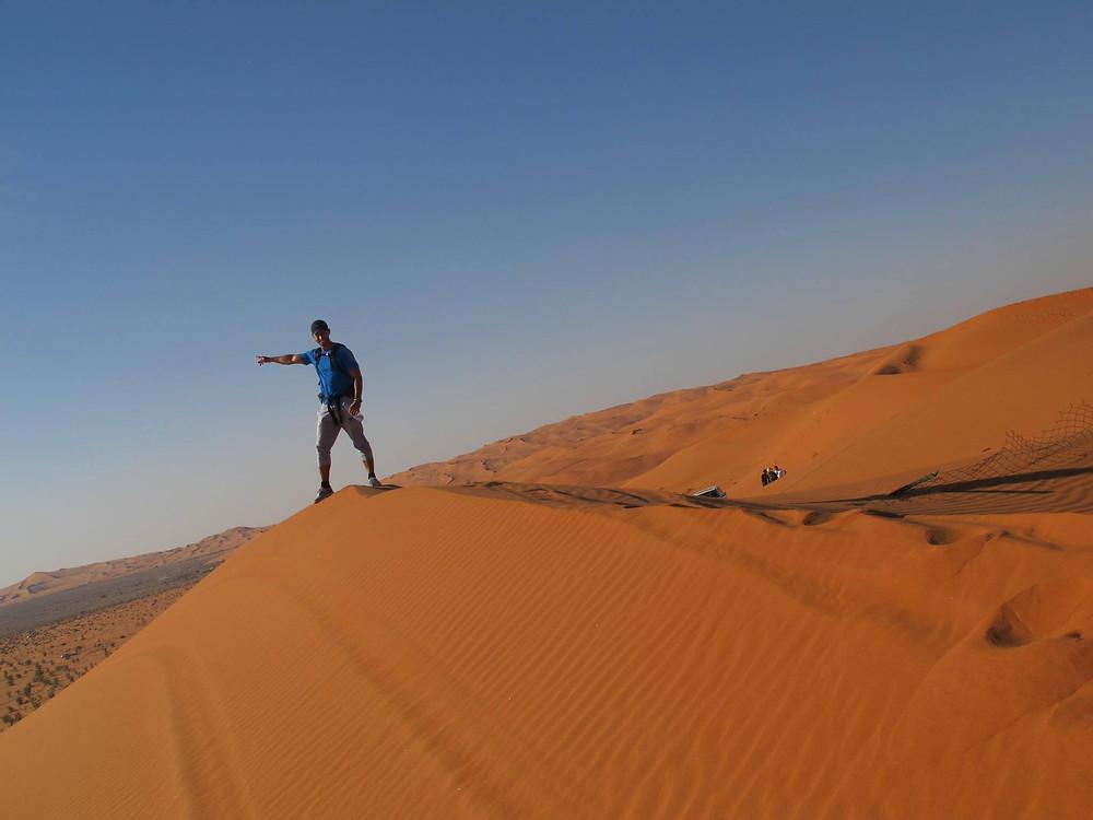 FOTO: Saulo no topo de uma duna de areia no Deserto