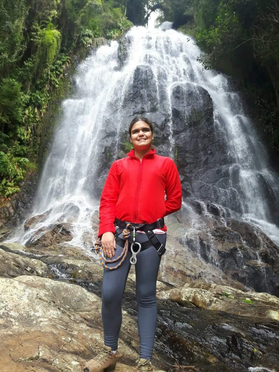 Ana em uma cachoeira