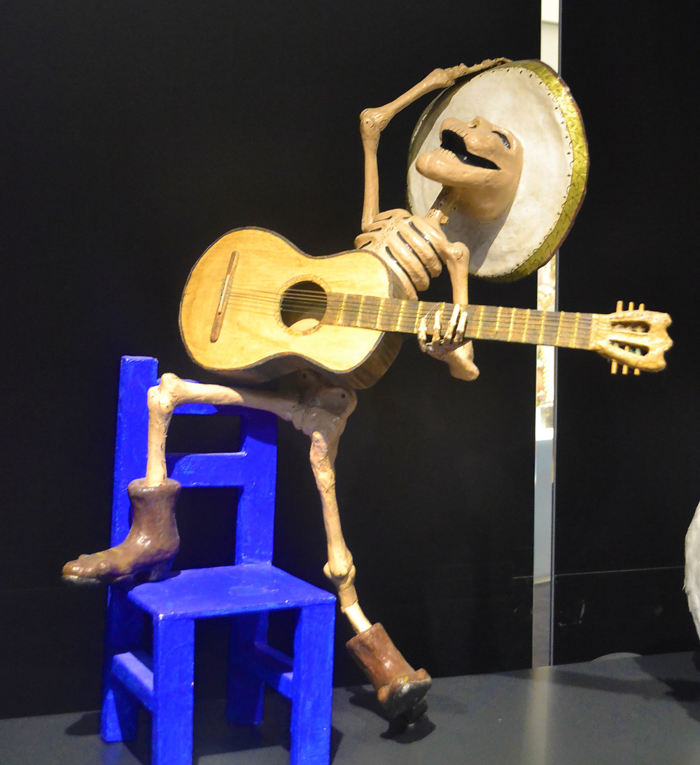 Escultura caveira mexicana cantora