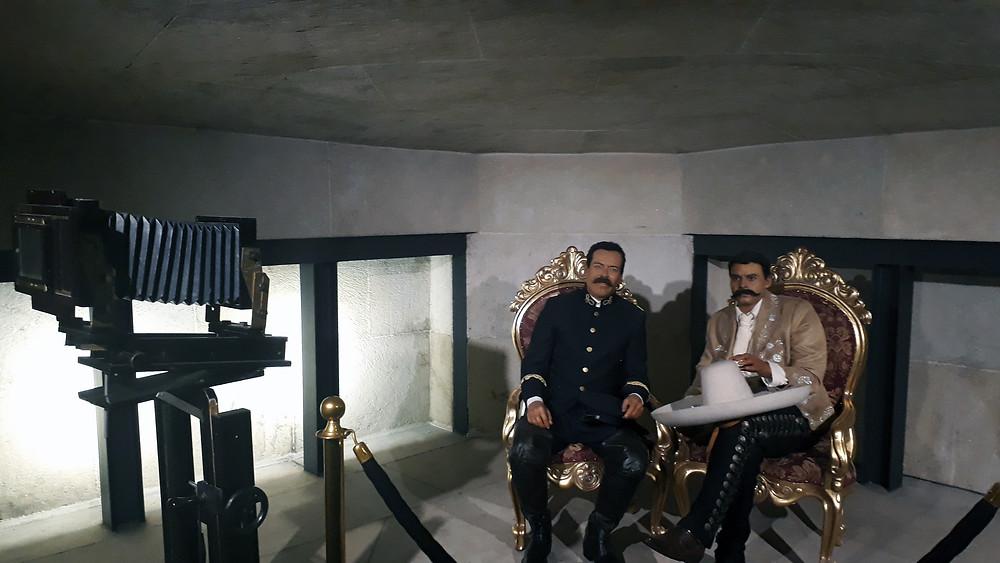 Bonecos de Emiliano Zapata e Pancho Villa