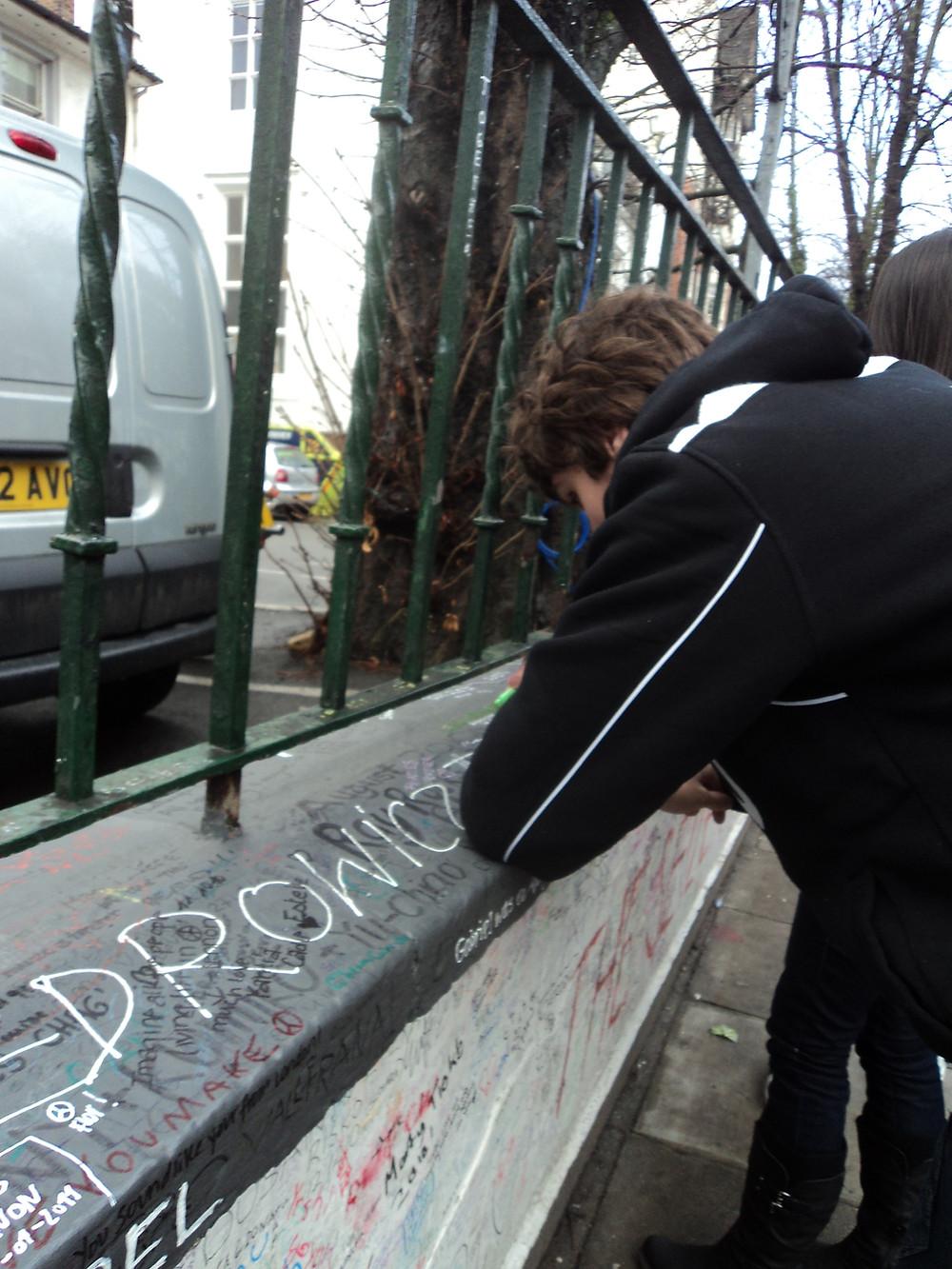 Escrevendo no muro da Abbey Road Studio