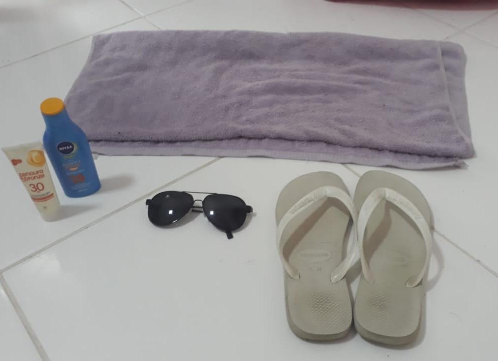 Itens para levar. Toalha, óculos escuro, chinelos, protetor solar
