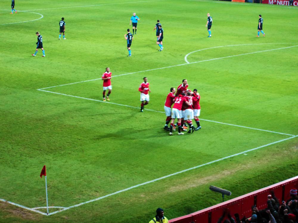 Jogadores do Manchester comemorando gol do Vidic