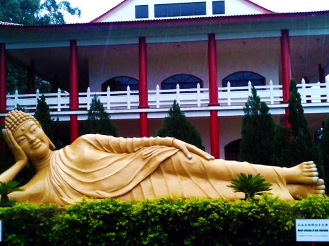 Estátua de buda deitado
