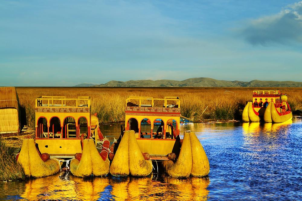 Barcos feitos de totora