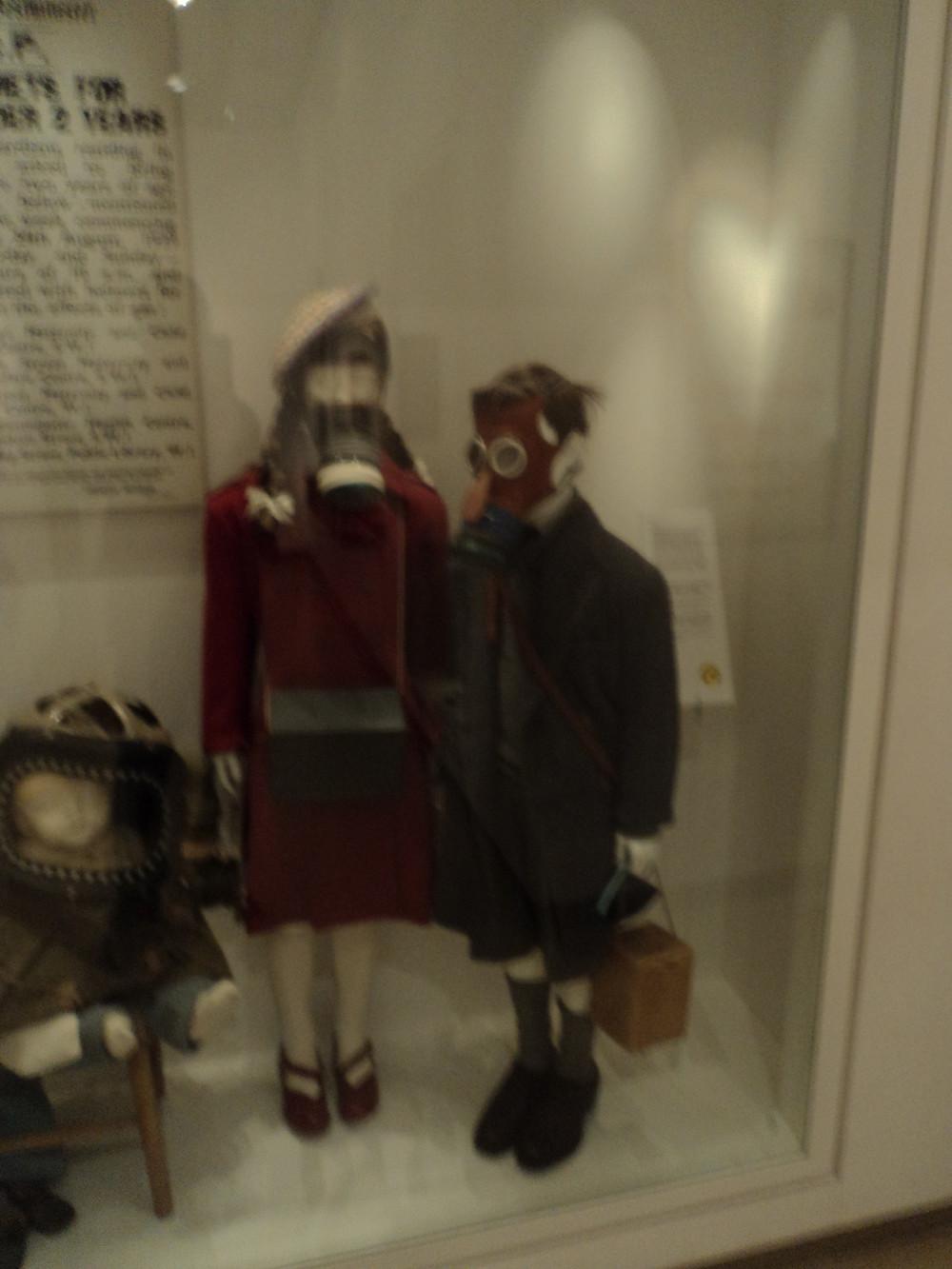 Manequins com máscara de gás