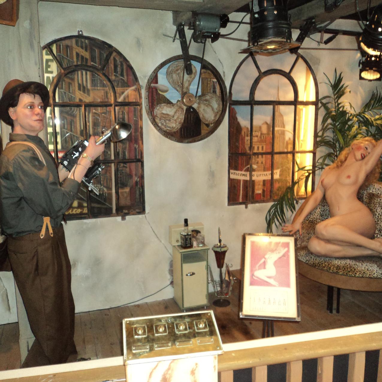 Bonecos representando homem fotografando mulher nua