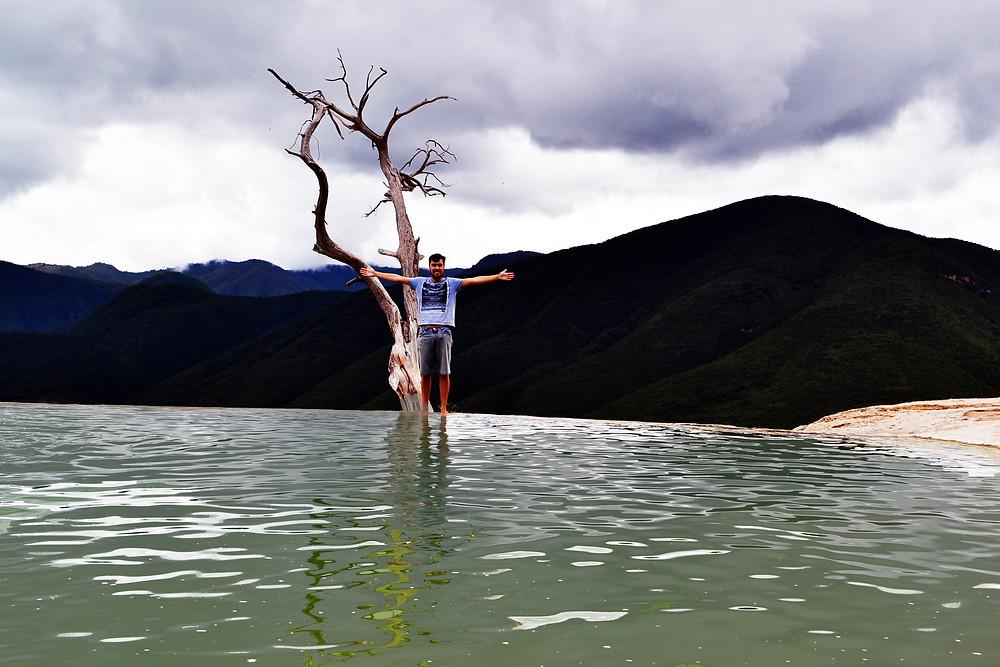 Piscina de borda infinita hierve el agua