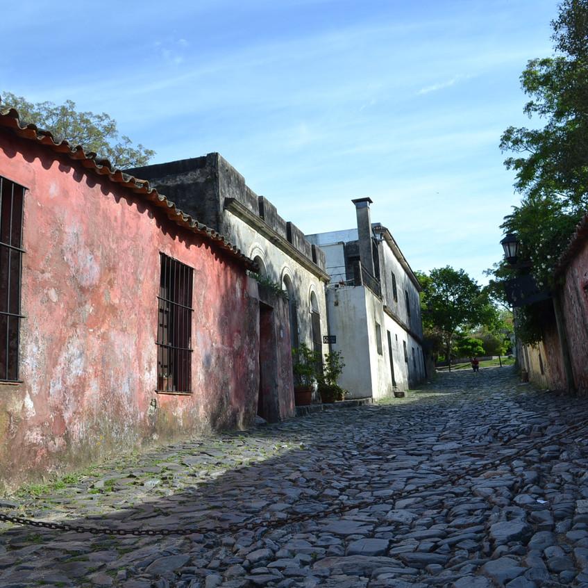 A rua é famosa por ter várias lendas urbanas.