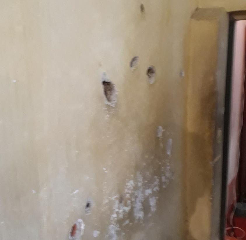 buracos de tiro na parede