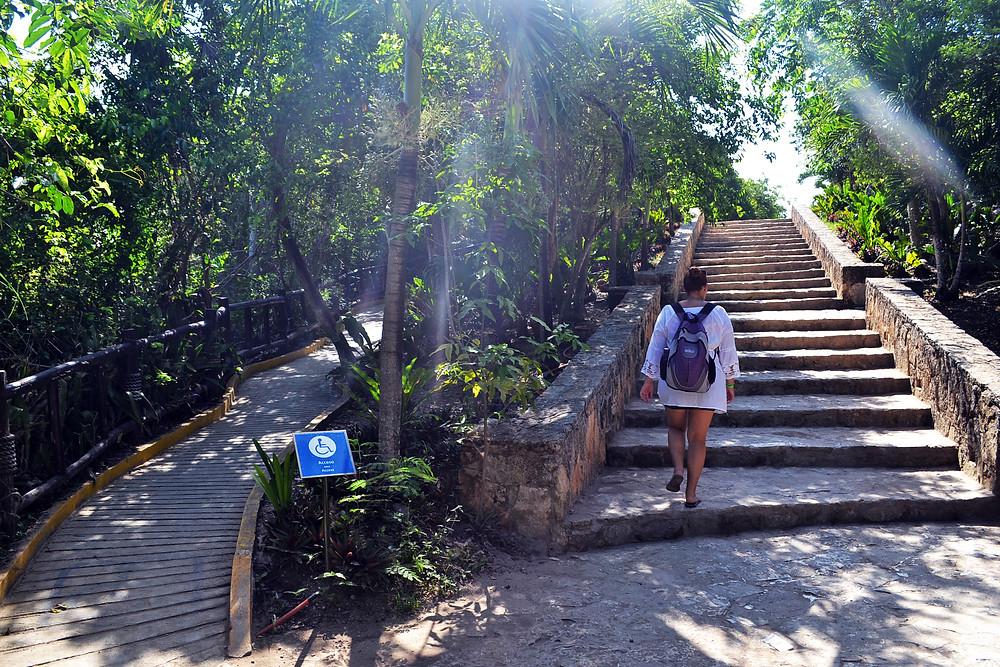 Tulum - Entrada do Parque de um lado escada, de outro rampa