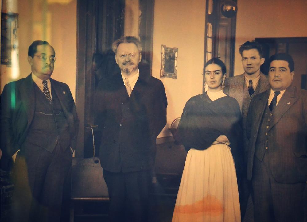 Foto em preto Branco de Trotsky e Frida Kahlo