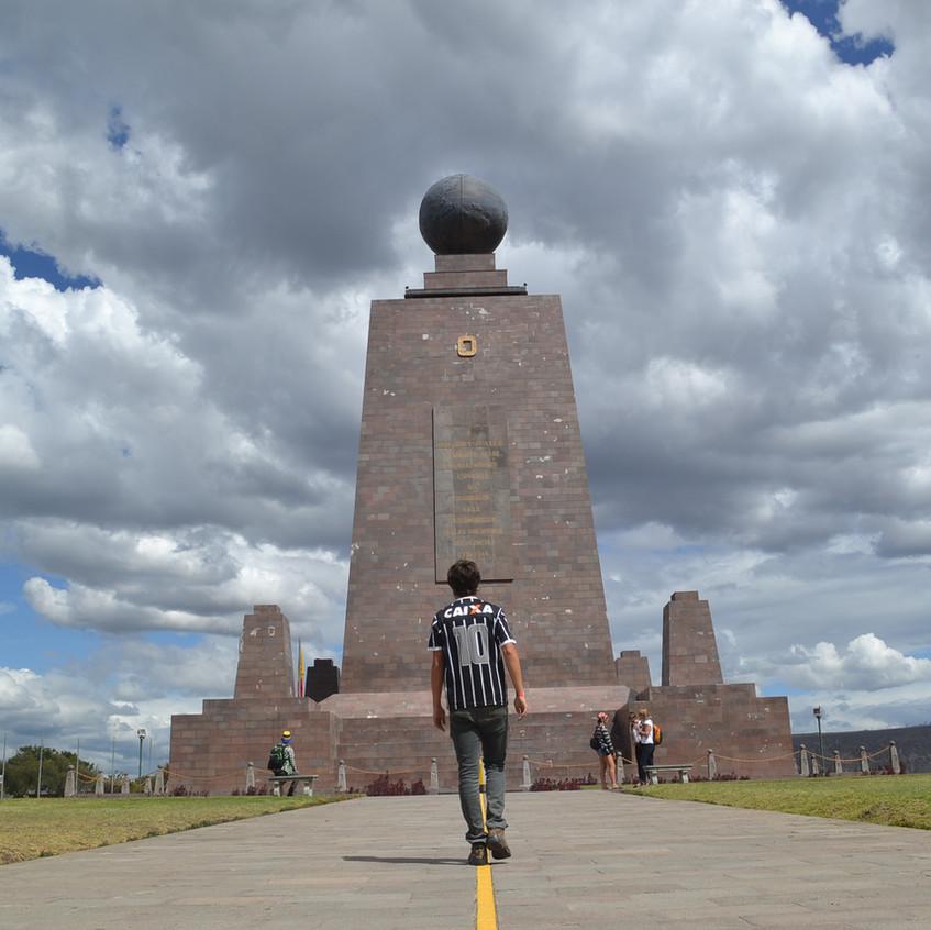 Homem caminhando sobre a linha do Equador