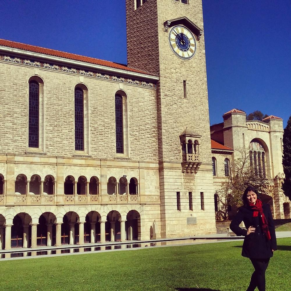 Foto Tatiane na Universidade de Perth
