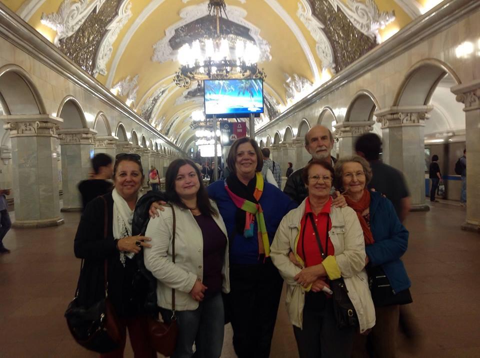 Foto de Olga com grupo de turistas brasileiros no interior de uma estação de metrô em Moscou.