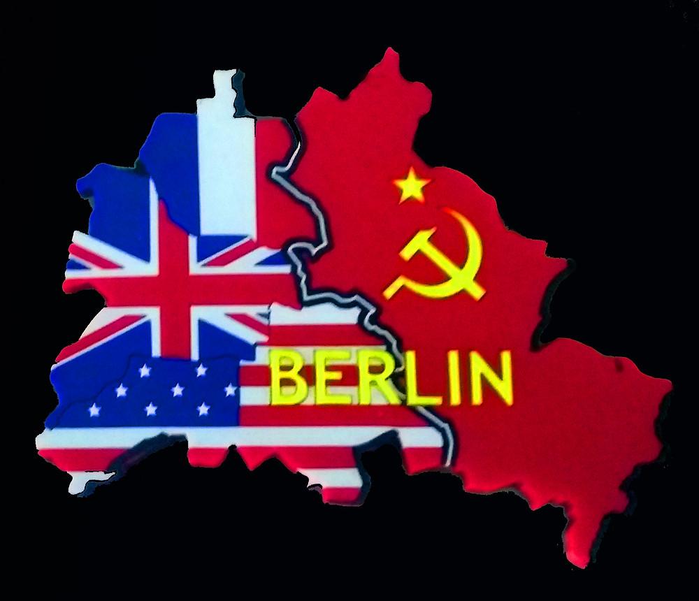 Foto Mapa de Berlim dividido com as bandeiras da URSS, França, EUA e Reino Unido