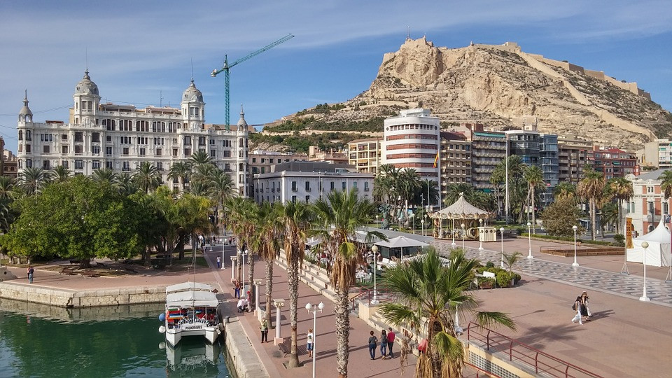 Foto de Alicante, no fundo Castillo de Santa Barbara