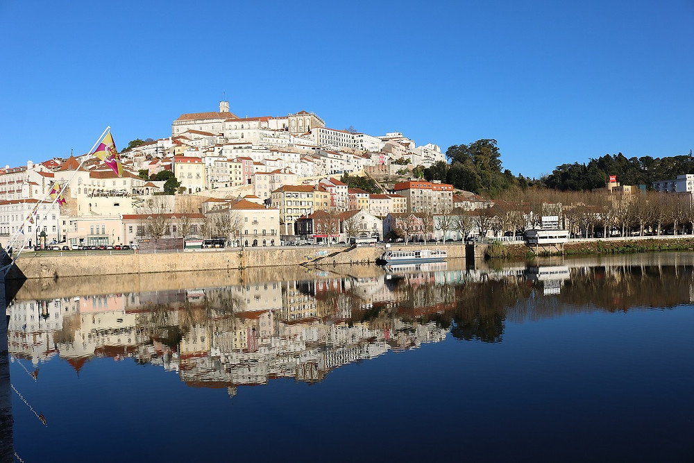 FOTO: Coimbra com a Universidade no topo do morro e reflexo da cidade Rio Mondego (FOTO: Maíra Ouriveis)