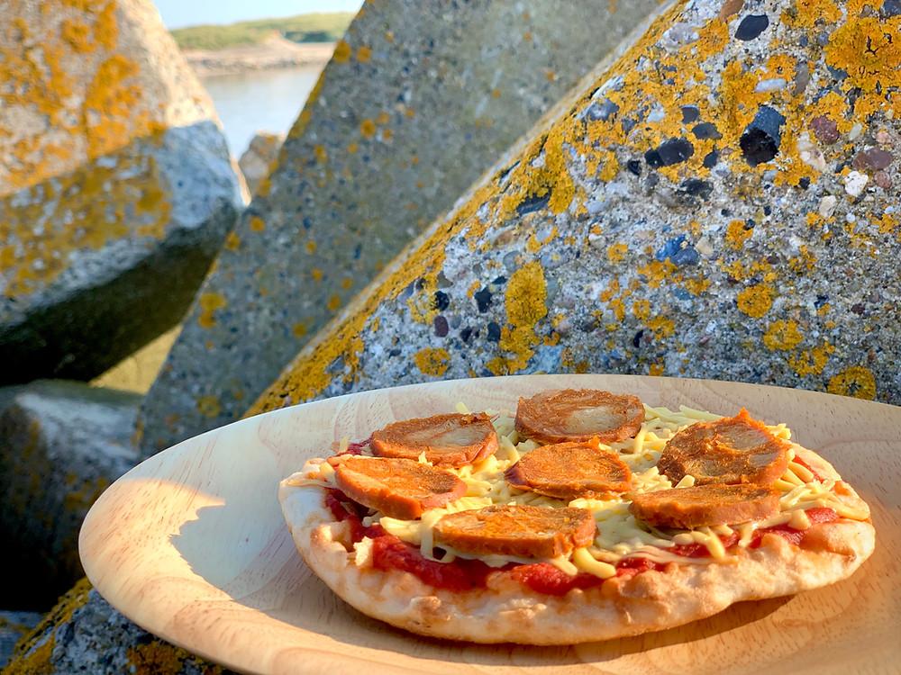 Poizza med vegansk chorizo bagt i Trangia