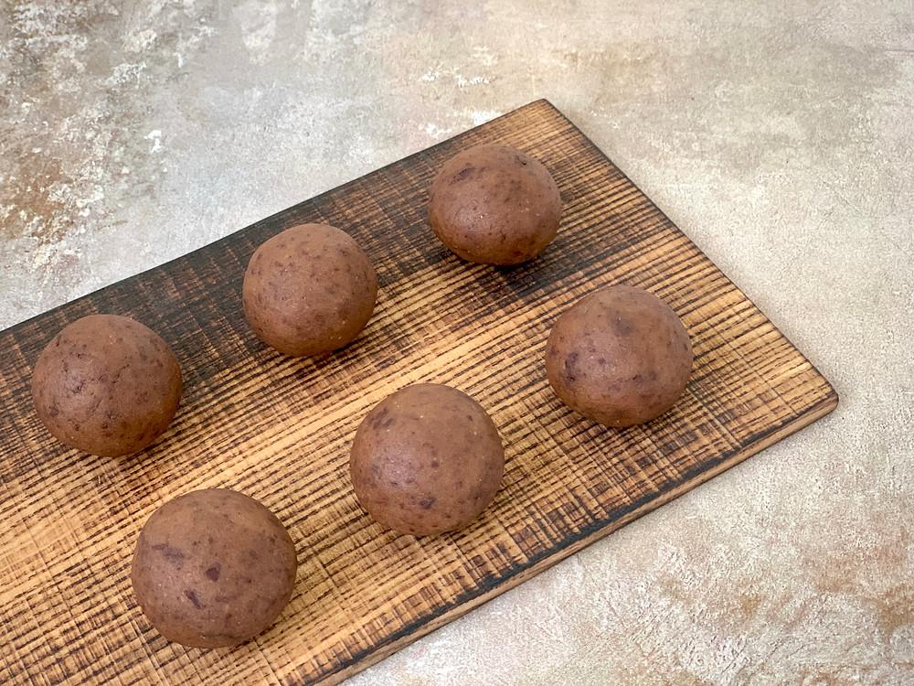 Veganske cookie dough kugler med kikærter og dadler
