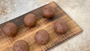 Cookie dough kugler med kikærter og dadler
