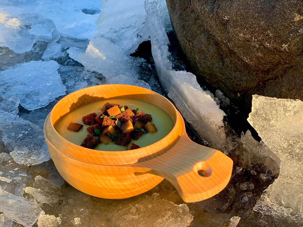 Vegansk kartoffel-porre-suppe med rugbrødknas og røget tofutern