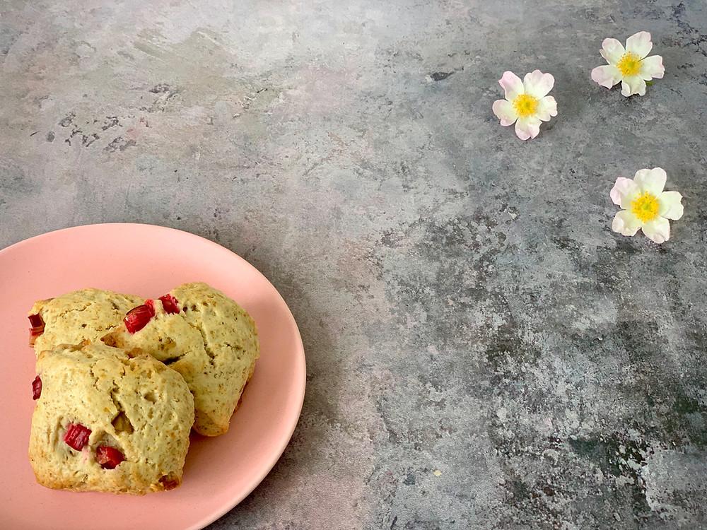 Veganske rabarberscones med kokos og hvid chokolade