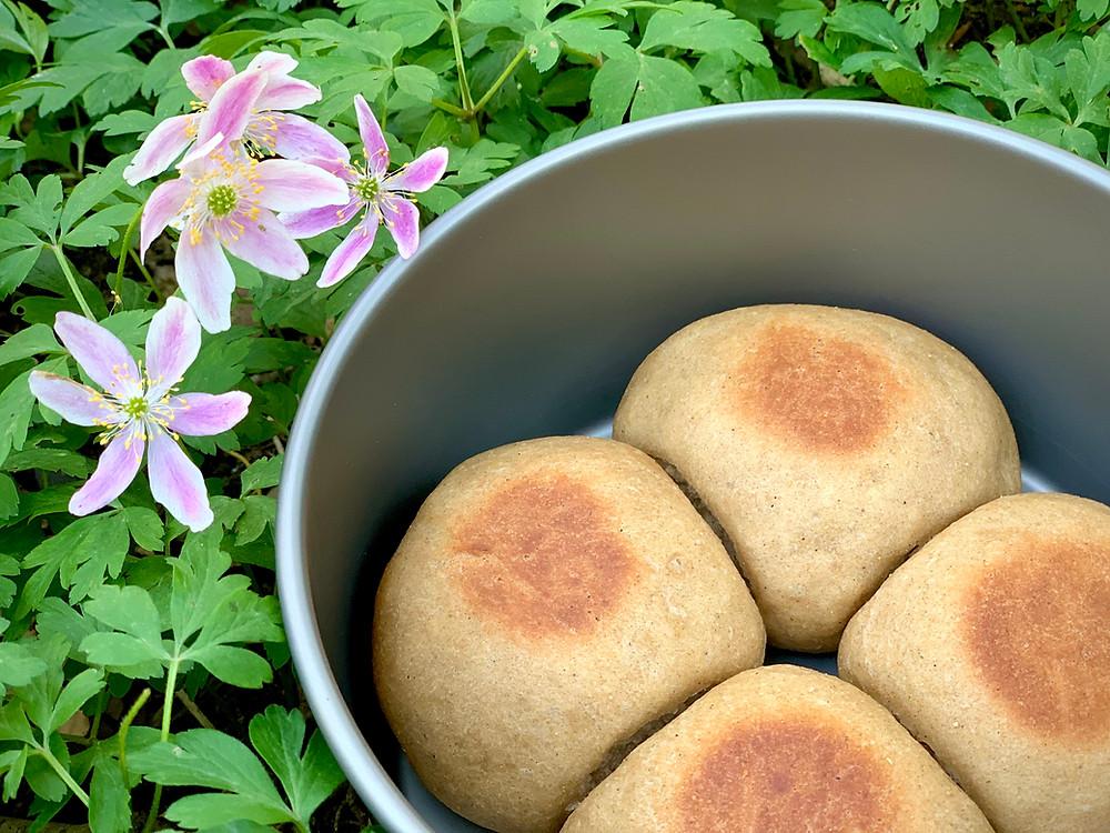 Veganske ølandshvedeboller bagt i trangia