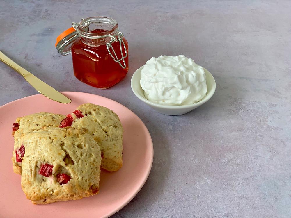 Veganske scones med rabarber og hvid chokolade