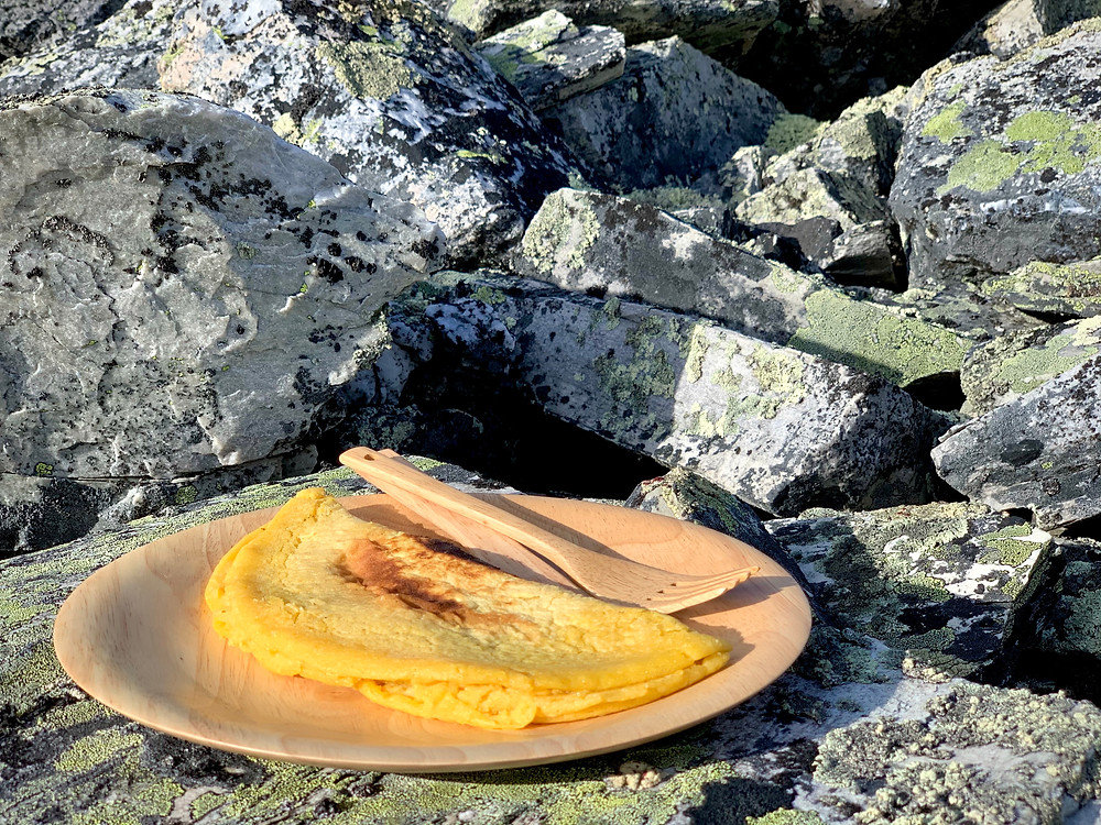 Vegansk kikærteomelet tilberedt på Trangia