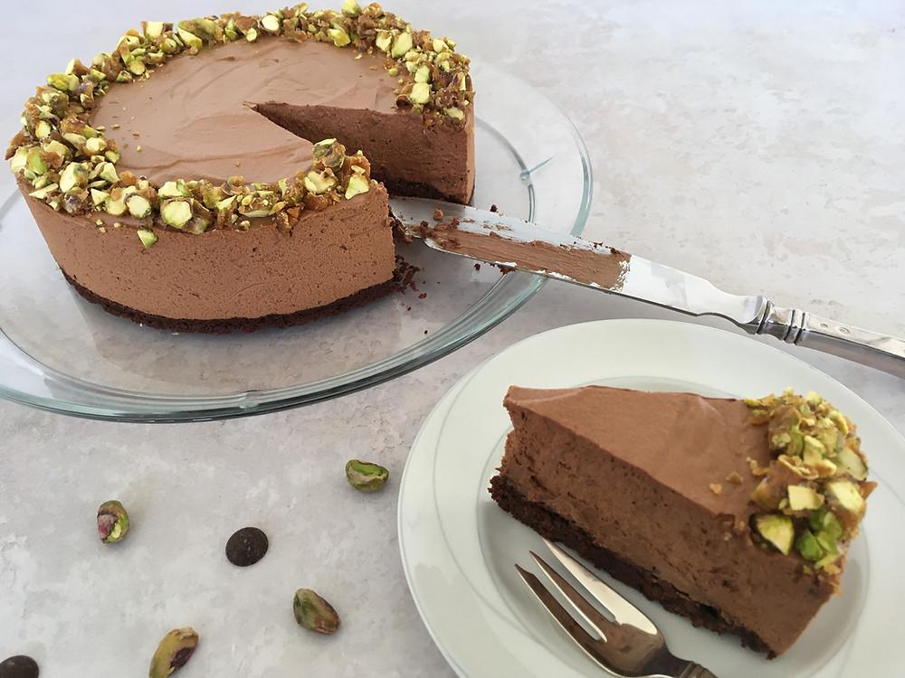 Vegansk chokolademousse på browniebund med pistacie krokant
