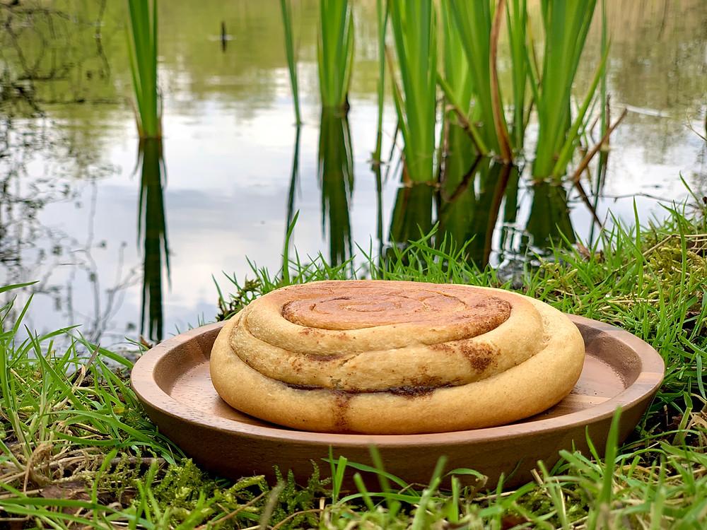 Vegansk kanelsnegl bagt i Trangia