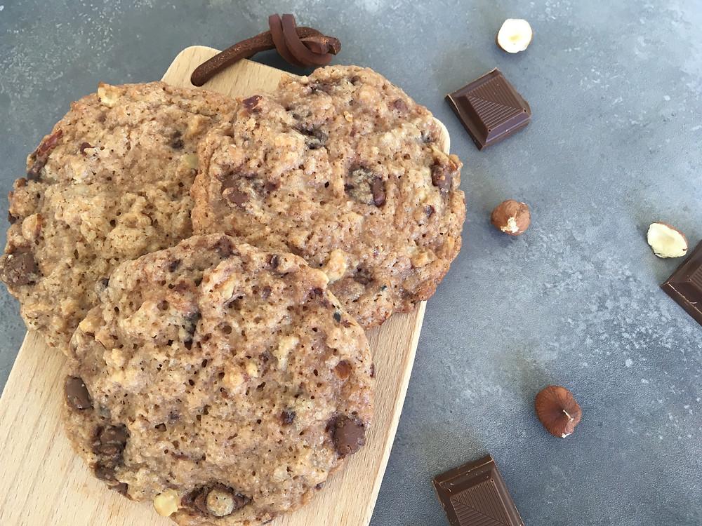 Veganske cookies med hasselnødder og lys chokolade