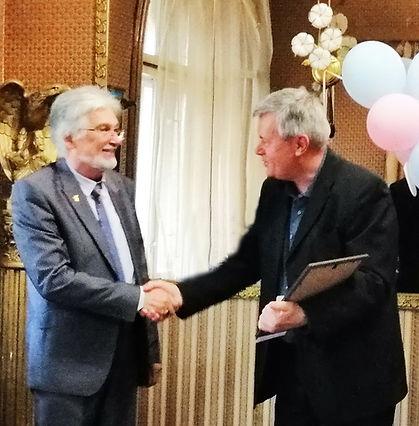 Поетът Димитър Христов връчва наградата на  Мартен Калеев