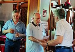 Мартен Калеев получава наградата от Трендафил Василев, председател на журито