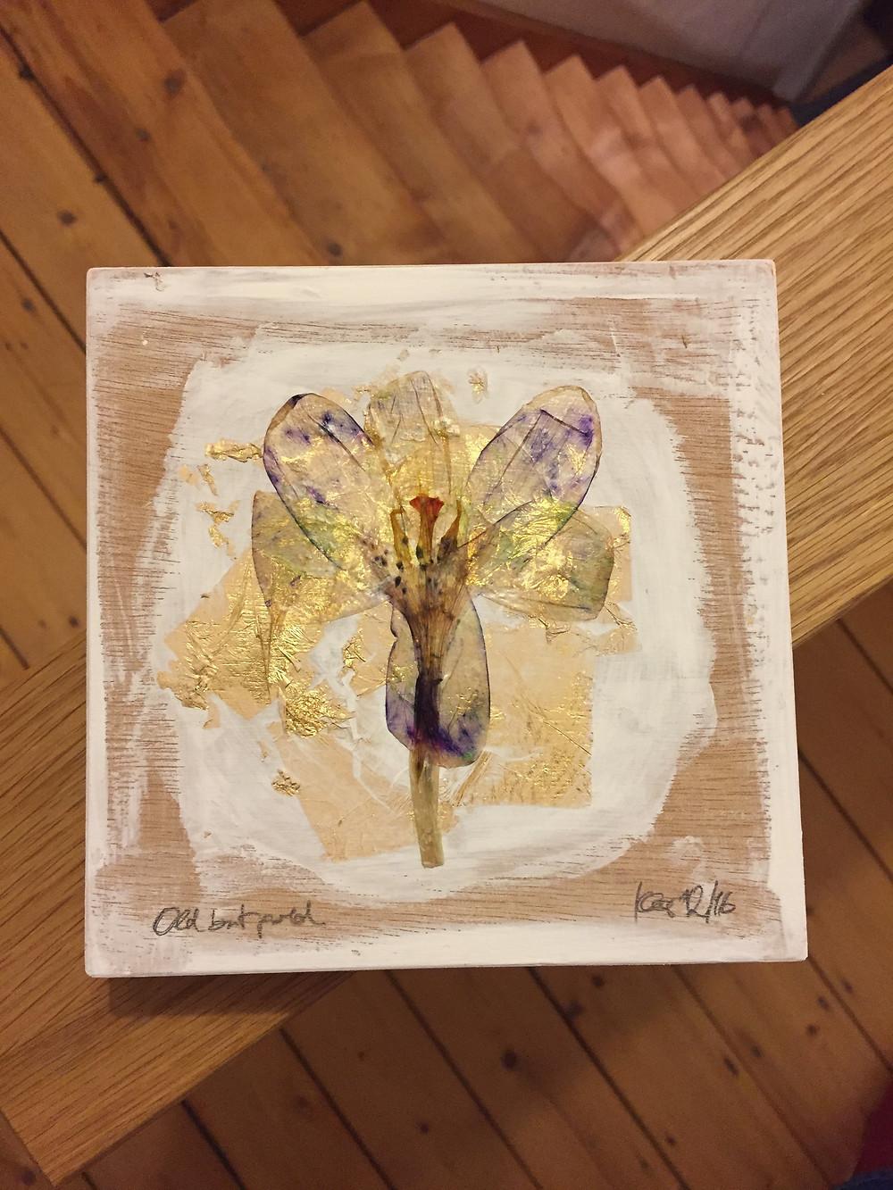 Collage auf Holzblock. Lilienblüte. Blattgold. Acryl.