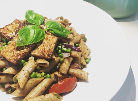 pasta met erwten, zongedroogde tomaatjes & tofu