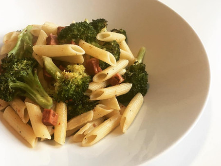 broccoli pasta met vegan bacon