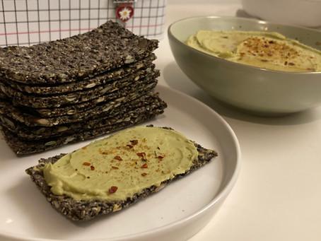 zelfgemaakte crackers met avocado-humus