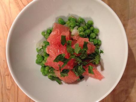 'groene kaviaar' van doperwtjes met roze grapefruit en verse munt