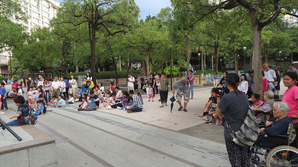 周未的表演,吸引很多小朋友和街坊觀眾。