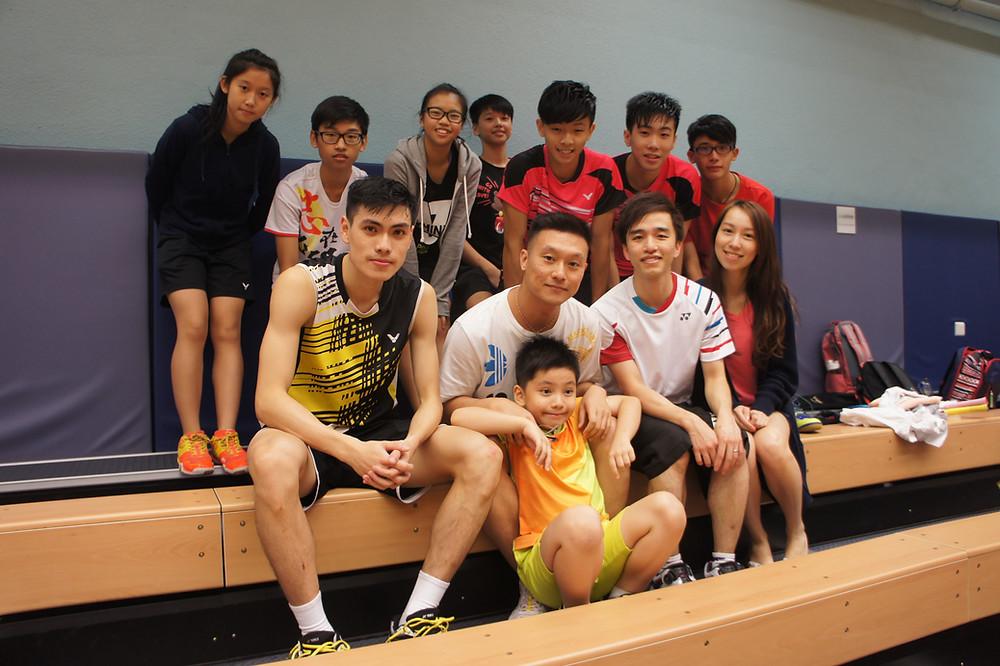 成年組男子單打ME組(19-24歲)的冠軍梁佳福(第一排第一)、其教練(第, 排第二)及師弟妹