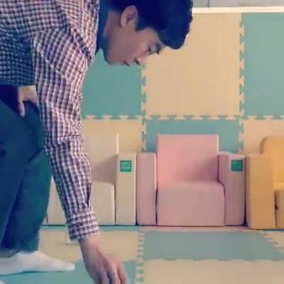 """新產品速報 ❝ 韓國Ecofoam安全地墊 ❞   這款韓國地墊有別於其他品牌地墊,由四層不同厚度物料所組成,不但有效減低兒童在屋内走動時發出的噪音,而且吸震能力非常出色,正如影片所介紹,雞蛋從高處墮下也沒有破。  這款地墊另一優點是雙面都做了防水、防塵、防滑壓紋加工,清潔打理方便,甚至用吸塵機在地墊表面使用,也能夠輕易清潔。這款由10多年地墊生産專家團隊開發,曾獲韓國KBS電視台頒發顧客最喜愛的兒童地墊品牌。  給我們一個""""Like (y)"""" 從而獲得Baby Choice最新母嬰用品資訊、優"""