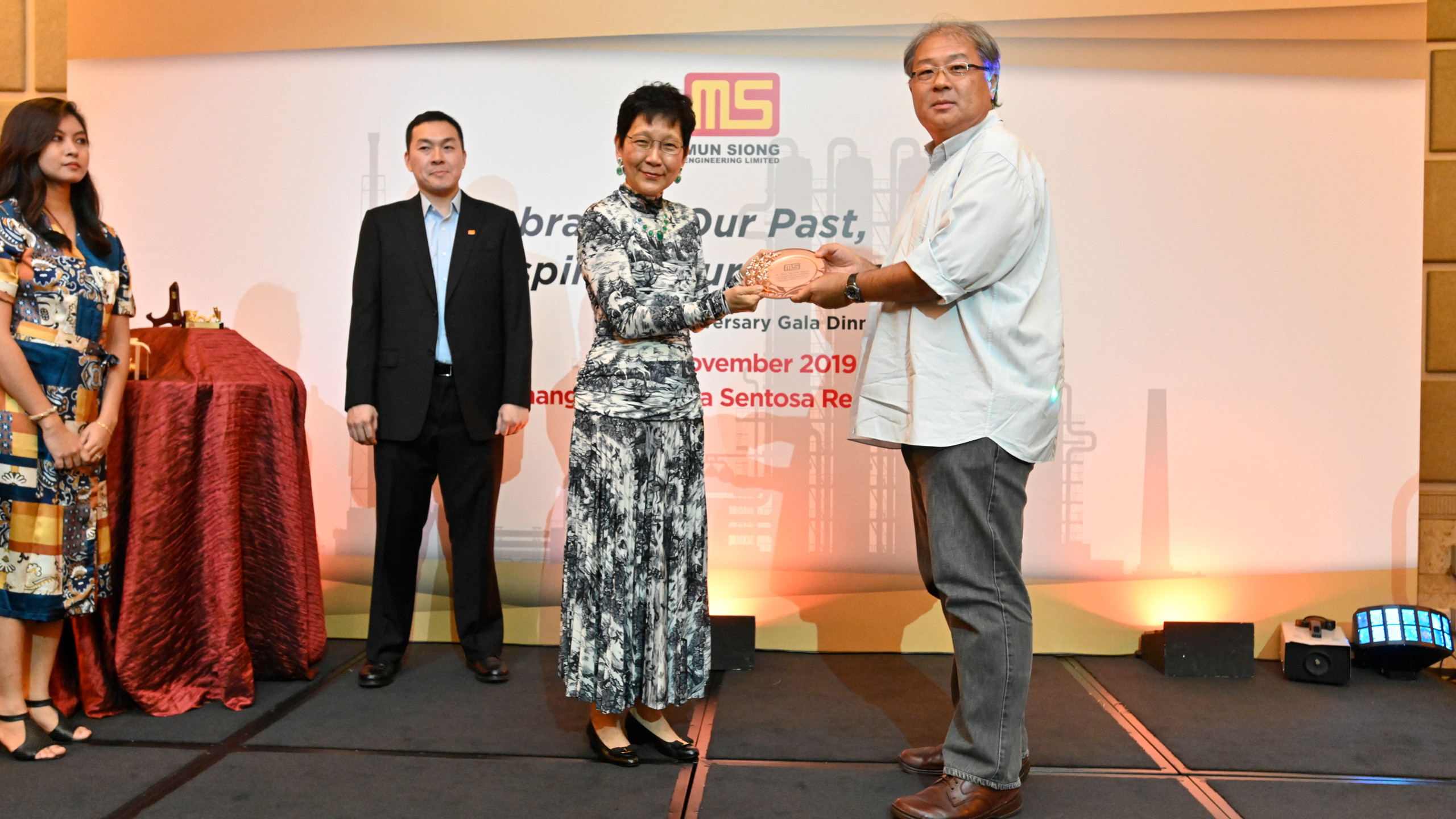 Independent Director, Mr. David Tan Chao Hsiung receiving a token of appreciation from Executive Chairlady of Mun Siong Engineering Limited.