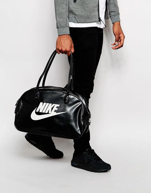 c9a2b2dcd A bolsa Nike Heritage SI Club é feita com couro sintético durável para  proteger seus itens mais importantes e ainda possui puxadores acolchoados  para um ...